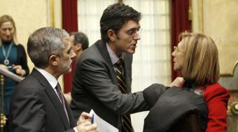 Rosa Diez y Gaspar Llamazares en los pasillos del Congreso